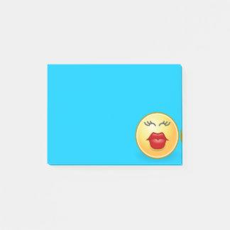 Besar la cara en nota de post-it azul