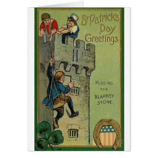 Besar la tarjeta del día de lisonja del St Patrick