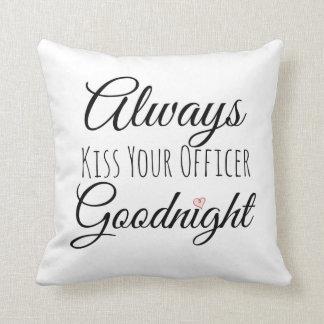 Bese siempre su almohada del oficial buenas noches