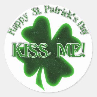 ¡Béseme! - El día de St Patrick feliz Pegatina Redonda