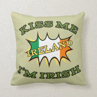 Béseme que soy bandera irlandesa del starburst cojín decorativo