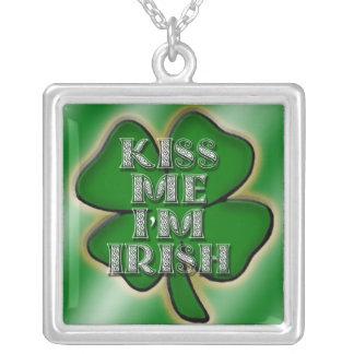 Béseme que soy collar irlandés