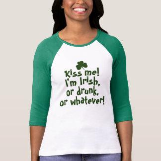Béseme que soy irlandés bebido lo que camiseta
