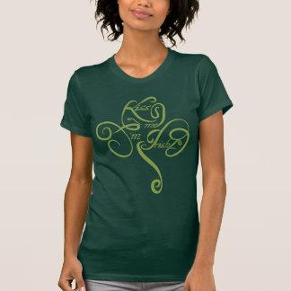Béseme que soy irlandés camiseta