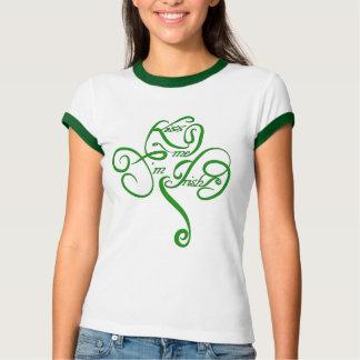 Béseme que soy trébol irlandés de la vid camiseta