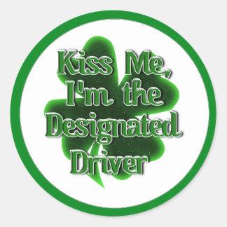 ¡Béseme! Soy el conductor señalado Pegatina Redonda
