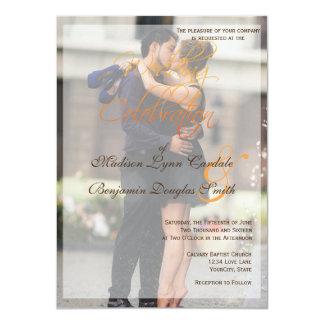 Beso romántico de los pares en la invitación de la