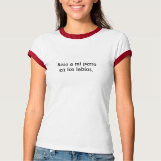 Beso un en los labios. del perro del MI Camisas