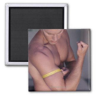 Bíceps de medición del hombre imán cuadrado