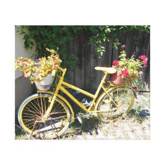 Bici amarilla de la flor en la calle lienzo