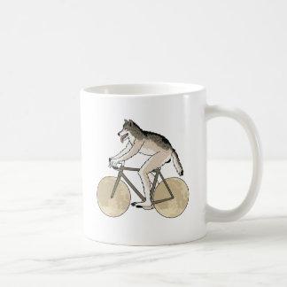 Bici del montar a caballo del hombre lobo con las taza de café
