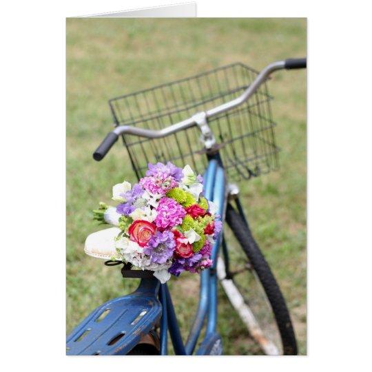 bici del vintage con la tarjeta de las flores