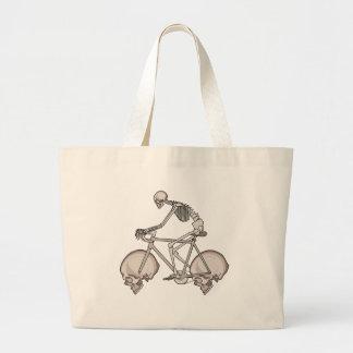 Bici esquelética del montar a caballo con las bolso de tela gigante