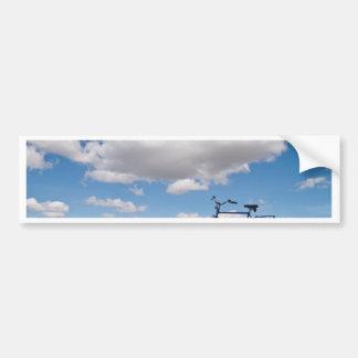 Bicicleta con el cielo azul y las nubes etiqueta de parachoque