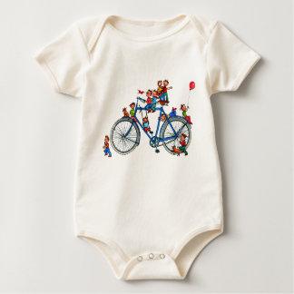 Bicicleta con la camisa del bebé de los niños