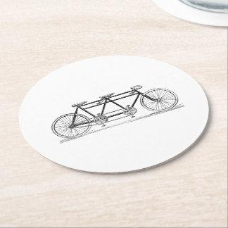 Bicicleta del vintage construida para dos/bici en posavasos de papel redondo