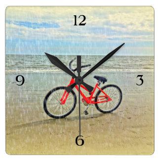 Bicicleta en la ducha de Sun en la playa de Hilton Reloj Cuadrado