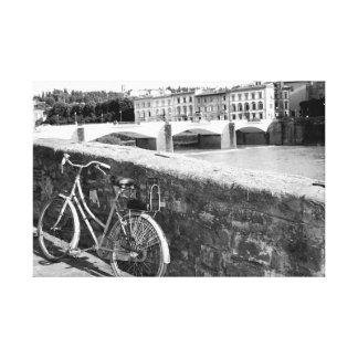 Bicicleta retra al lado de un puente en Florencia