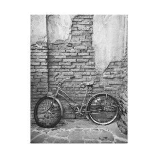 Bicicleta vieja en la pared impresión en tela