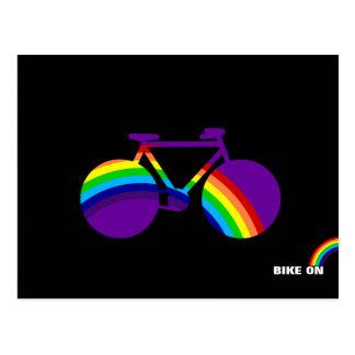 bicicleta y arco iris del color postal