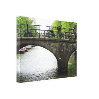 Bicicletas en el puente en la impresión de la lona impresión en lienzo estirada
