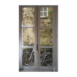 Bicicletas enmarcadas por los cristales de ventana lona envuelta para galerías