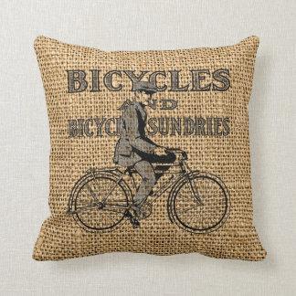 Bicicletas y misceláneas de la bicicleta en la cojín decorativo