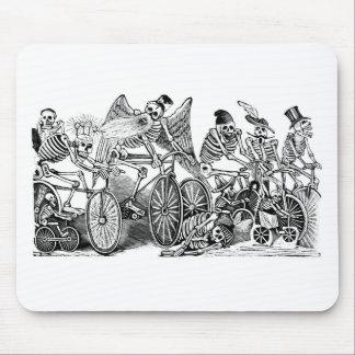 Bicyclists de Calavera circa último 1800's México Alfombrilla De Ratón