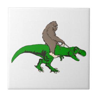 Bigfoot que monta T Rex Azulejo De Cerámica