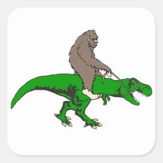 Bigfoot que monta T Rex Pegatina Cuadrada