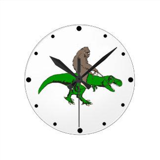 Bigfoot que monta T Rex Reloj Redondo Mediano
