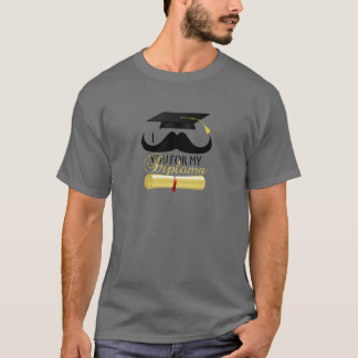 Bigote I usted para mi diploma con el casquillo de Camiseta