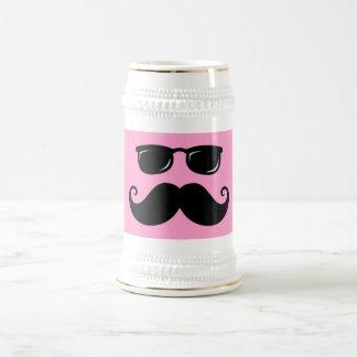Bigote y cara divertidos de las gafas de sol en jarra de cerveza