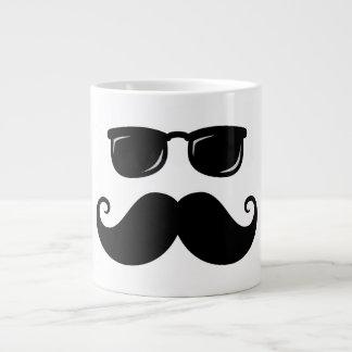 Bigote y cara divertidos de las gafas de sol taza grande