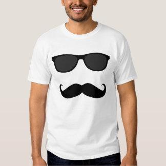 Bigote y gafas de sol camisetas