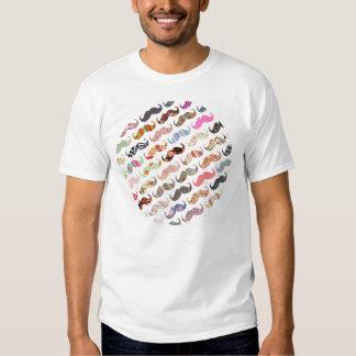 Bigotes coloridos femeninos divertidos de los camiseta