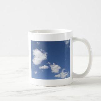 blancas de los nubes de la estafa del azul del cie taza de café