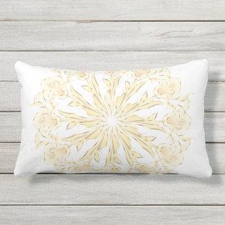 Blanco abstracto del oro de la mandala del lirio cojín lumbar