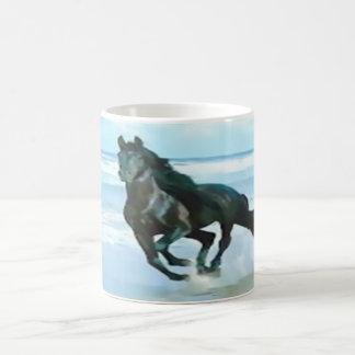Taza De Café blanco clásico de la taza con el caballo negro