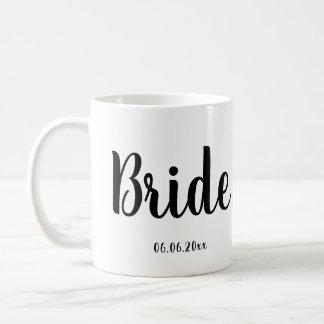 Blanco de la taza de la novia con la fecha del