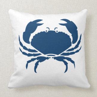 BLANCO del CANGREJO en la almohada azul marino