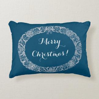 Blanco en la guirnalda azul del navidad a
