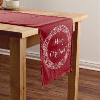 Blanco en la guirnalda de color rojo oscuro del camino de mesa