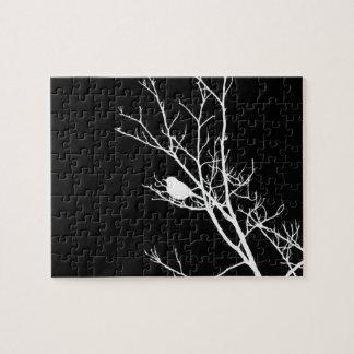 Blanco en silueta negra del pájaro - puzzle