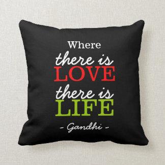 Blanco inspirado del negro de la cita de Gandhi Cojín Decorativo