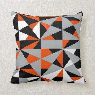 Blanco negro anaranjado enrrollado retro intrépido cojín decorativo