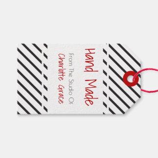 Blanco negro hecho a mano rayado con la bandera etiquetas para regalos