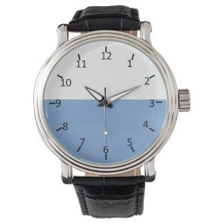 Blanco y azul claro reloj de mano