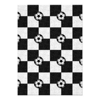 Blanco y negro a cuadros con los balones de fútbol invitación