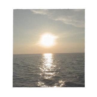 Bloc De Notas La puesta del sol en la isla de Bantayan en las
